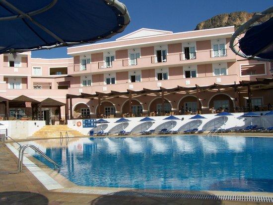Sunshine Crete Beach : Piscine avec la terrasse d'un restaurant