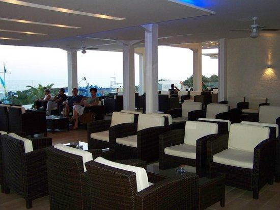 Sunshine Crete Beach : Salon du Bar en bord de mer