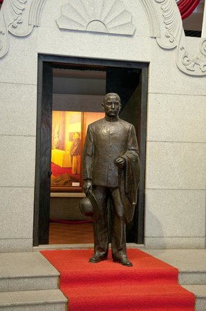 Sun Yat Sen's Residence Memorial Museum: Statue of Sun Yat Sen