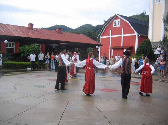 Casa do Papai Noel: Dança típica finlandesa realizada no centro cultural.