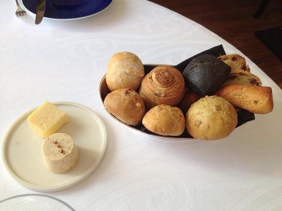 L'Auberge des Glazicks : zelf gebakken brood, de zwarte met inkvis inkt, top.