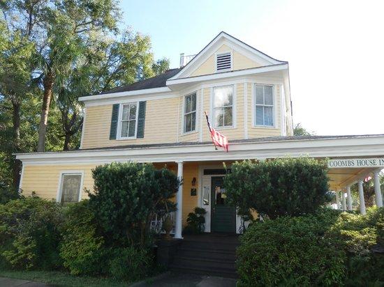 Coombs House Inn: Beautiful building