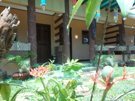 Jungle Flower Guest House: greenery, flowers, big porches in the shade