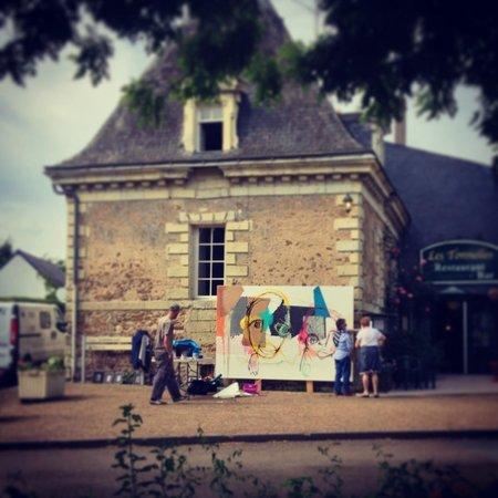 Villeveque, France: Grands Formats devant le restaurant les Tonnelles