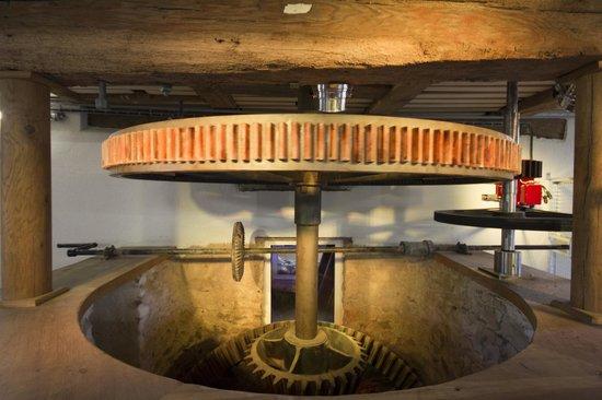 Villeveque, France: les engrenages du moulin de Villevêque, site de production hydro électrique