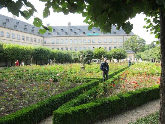 Rosengarten der Neuen Residenz: Rose Garden at the New Residenz・・・薔薇園より新宮殿を臨む
