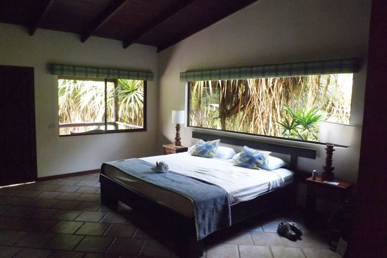 Chachagua Rainforest Eco Lodge: Inside of corner room