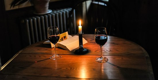 The Old Inn on the Green: Wine in the bar by candle light