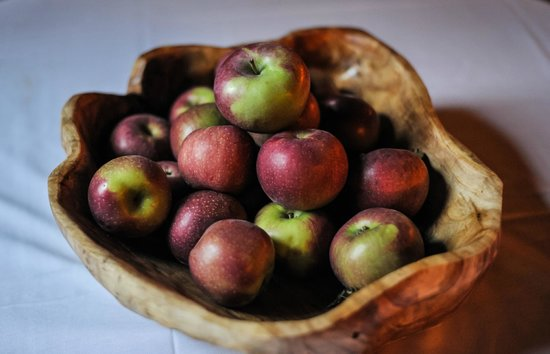 The Old Inn on the Green: Apples in beautifully carved bowl