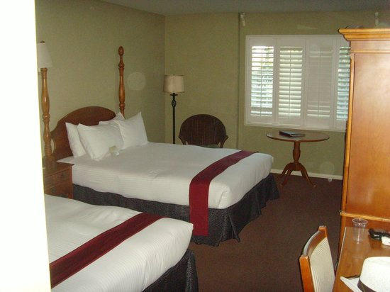 Cambria Pines Lodge: The room