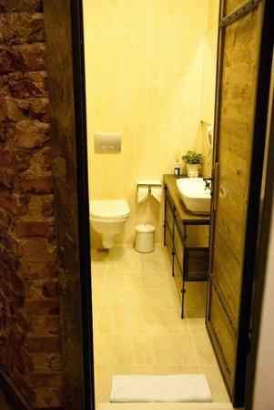 Arx Suites: Bathroom