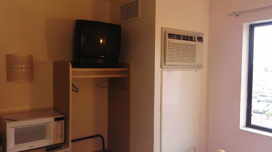 Motel 6 Page: Very noisy airconditioning unit