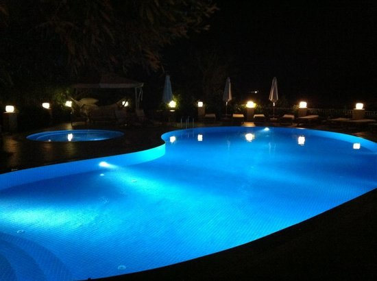 Olea Nova Hotel: Pool at night