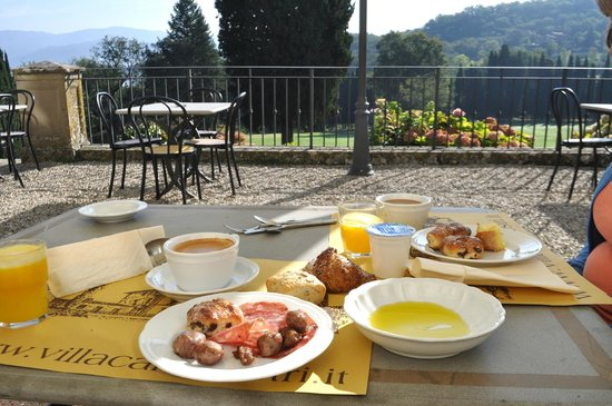 Villa Campestri Olive Oil Resort: Breakfast on the front terrace.