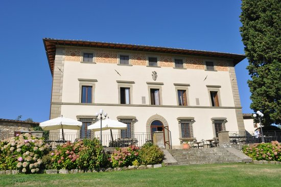Villa Campestri Olive Oil Resort: The front of Villa Campestri as seen from the expansive lawn.