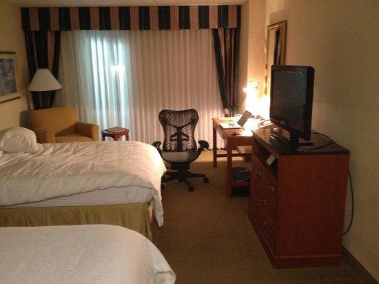 Hilton Garden Inn Oklahoma City Airport: Room with desk & bed