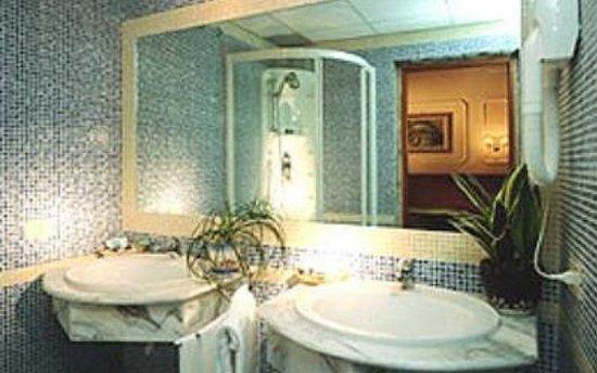 Hotel Philia : iacuzzi e due lavandini in marmo :)