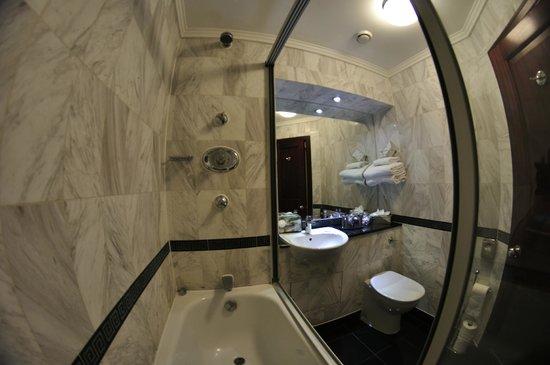 Grange Fitzrovia Hotel: Salle de bain - chambre basique