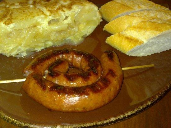 Cerveceria Mapamundi 2011: salchicha asada y tortilla de patatas
