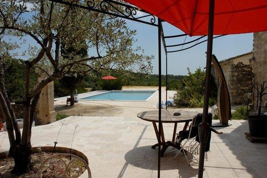 Le Mas au Jardin Secret : La terrasse et la piscine