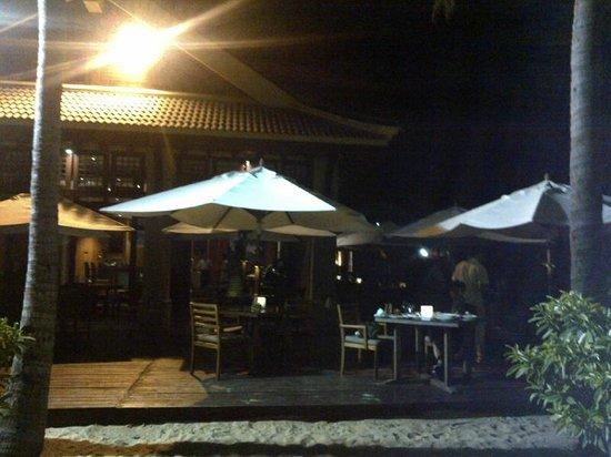 Sand (The Ritz-Carlton Sanya, Yalong Bay): At night there is live band performance