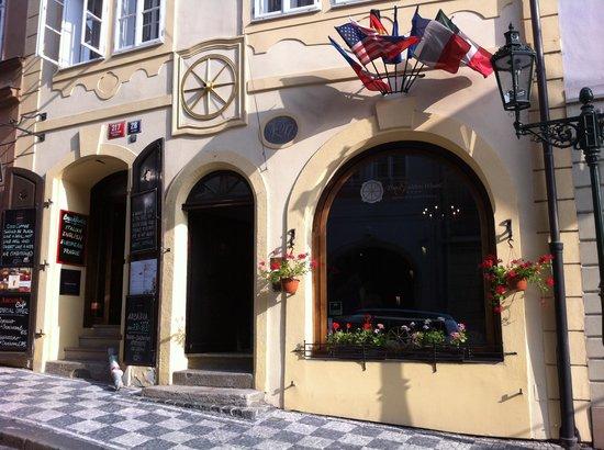 Hotel The Golden Wheel : The entrance