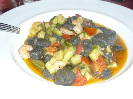Leone Bianco : Gnocchi della casa al nero di seppia con gamberi e zucchine con Pachino