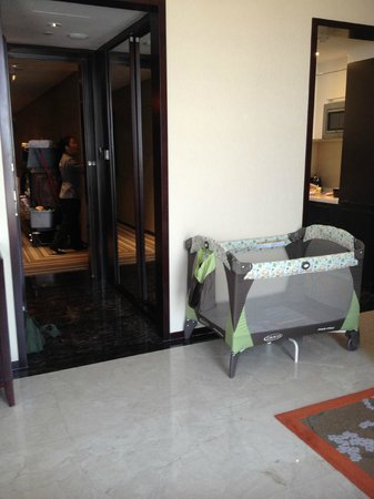 Oakwood Premier Guangzhou: A playpen in replacement of a standard crib, which was very uncomfortble for my baby