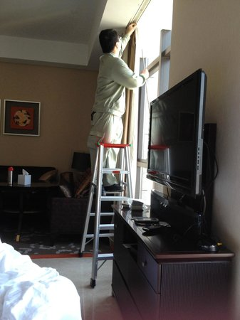 Oakwood Premier Guangzhou: fixing the curtain pole that fell off suddenly