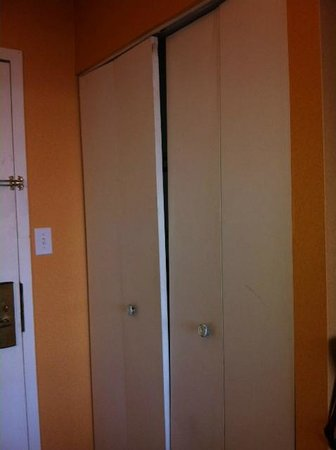 Rodeway Inn Meadowlands: I didn't use the closet - the door could fall out. The smell of curry went thru the front door.