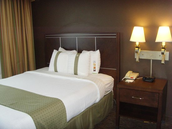 Holiday Inn Hotel & Suites Anaheim (1 BLK/Disneyland): Two comfortable beds