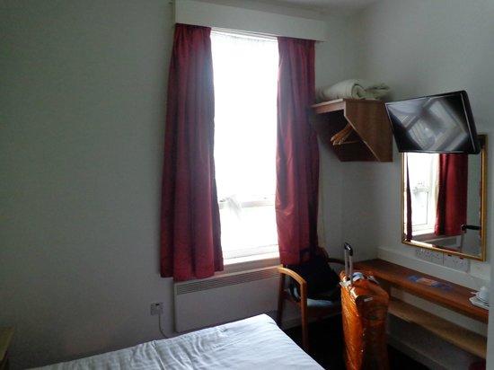 Euro Hotel Clapham: Habitación, placard y ventana