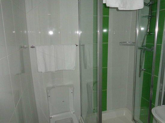 Euro Hotel Clapham: Baño, un poco chico pero cómodo