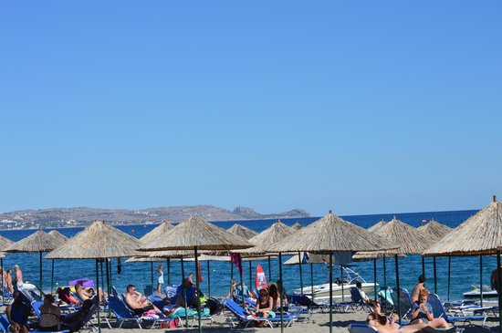 Mitsis Rodos Maris Resort & Spa: beach with beach bar and free water sports