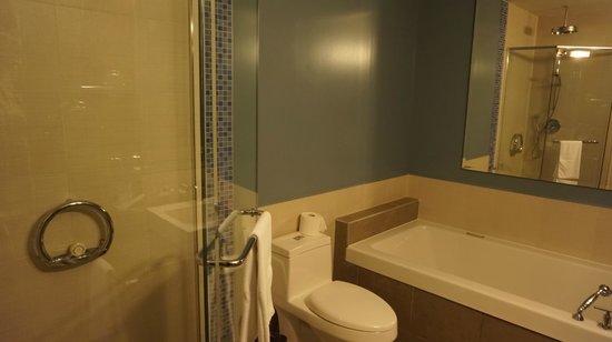 Hotel Nelligan: Bathroom