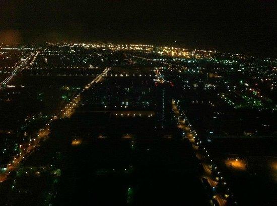 Tuntex 85 Sky Tower : Hotel room view night-time