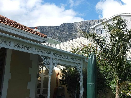 15 Welgemeend Street B&B: View to Table Mountain just back of the house