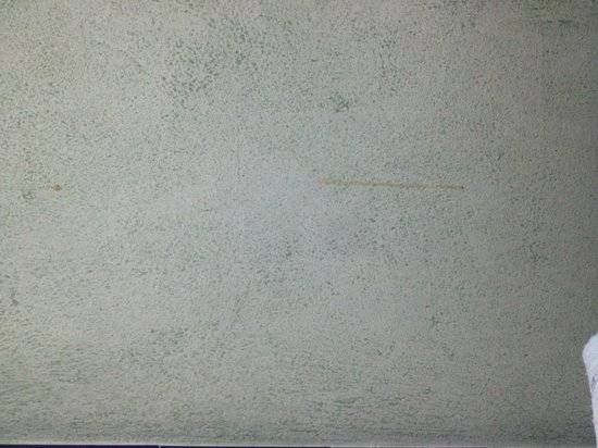 Pension Lisdos: Manchas en las paredes de la habitacion