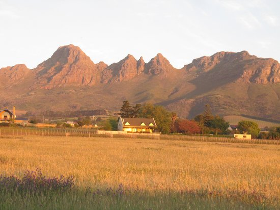 Eikendal Lodge : Sunset on the mountain backdrop