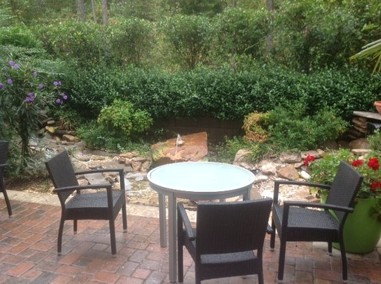 Fairfield Inn & Suites Columbia Northeast: Outside eating area or just to relax