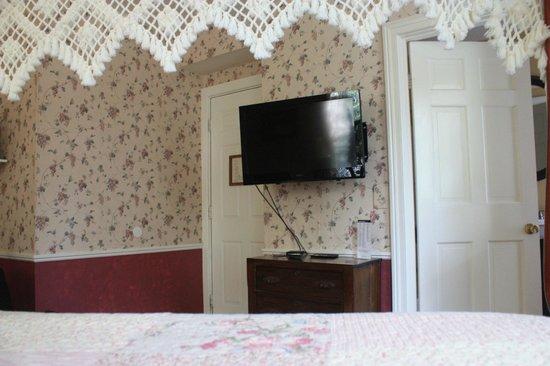 Quechee Inn At Marshland Farm : Flat screen TV.