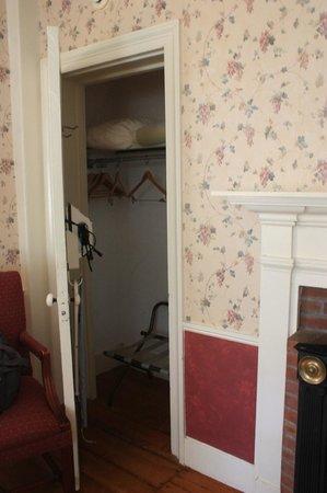 Quechee Inn At Marshland Farm : Closet