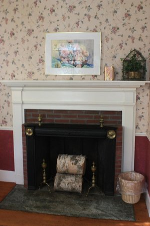 Quechee Inn At Marshland Farm: In-room fireplace