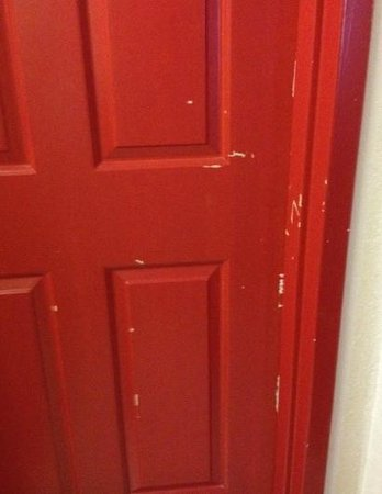 Nashville - Days Inn Airport / Opryland Area : chipped up door