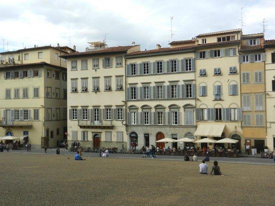 Soggiorno Pitti : Отель в сером здании, с арочной дверью