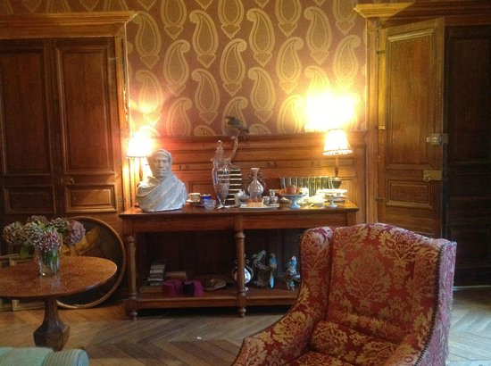 Château de la Ferrière : Breakfast is served buffet style in the guest sitting room.