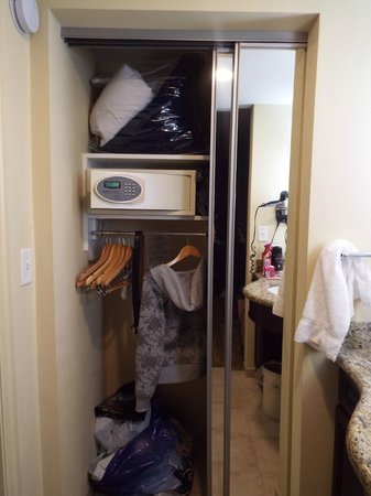 Homewood Suites by Hilton Lake Buena Vista-Orlando : Guarda roupa e cofre