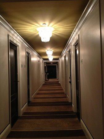 Omni Berkshire Place: hallway