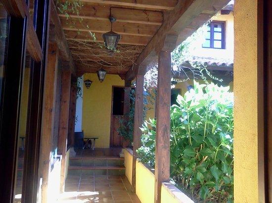 Hotel Rural Valleoscuru: Paso al Comedor de desayuno y habitaciones