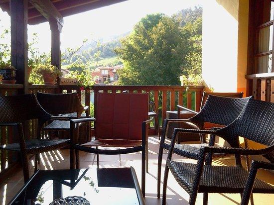 Hotel Rural Valleoscuru: Porche cubierto del hotel